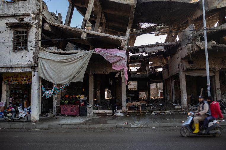 Tussen het puin in West-Mosul zijn de winkels weer geopend. Beeld Hawre Khalid