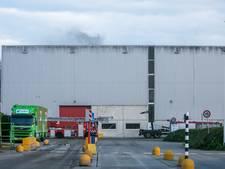 Afvalbrand zorgt voor zwarte rookpluim uit hal recyclingbedrijf Suez in Duiven