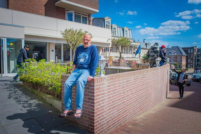 Dakloze Ruud Dessing (67) voor het Scheveningse hotel waarin hij wordt opgevangen. De overlast  in deze wijk wordt veroorzaakt door dakloze Polen en Bulgaren