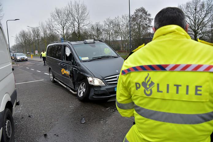 Drie voertuigen botsen op kruising Kapittelweg en Baliëndijk in Breda