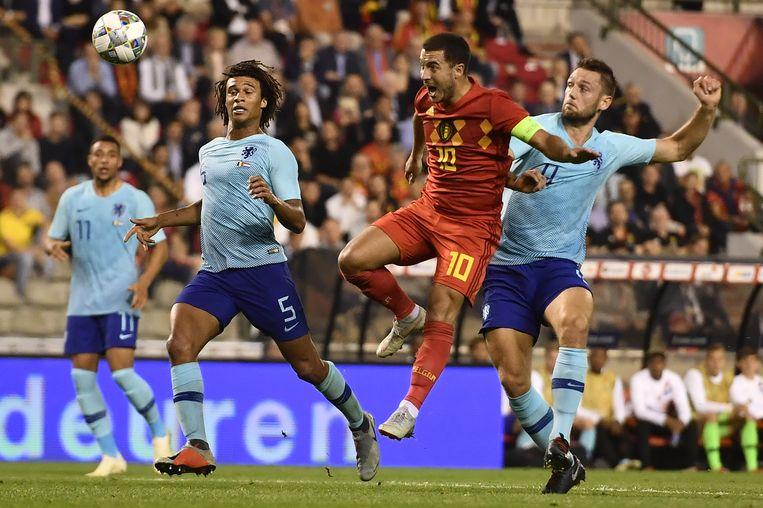 Met De Vrij in zijn rug, kopt Eden Hazard in de jongste België - Nederland (1-1) op doel. Aké kijkt toe.