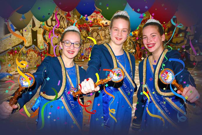 Carnaval. Drie jeugd-stadsprinsessen van Enschede. Van links naar rechts: Lena, Kim en Elena.