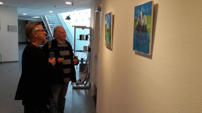 Marianne de Bie en Jantje Prul bij de opening van de expositie 'Talenten in het Annahuis'