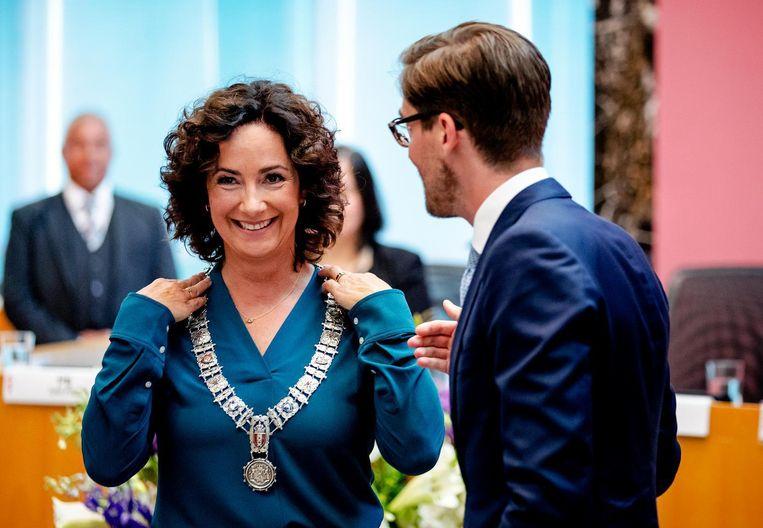De ambtsketen wordt omgehangen bij Femke Halsema Beeld ANP