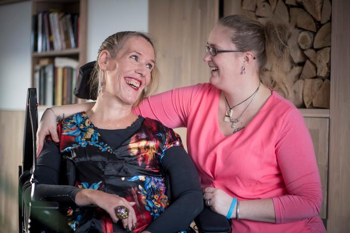 Dorien Scholten (rechts) heeft een actiepagina gemaakt voor Annet Fokkinga die de spierziekte SMA heeft.