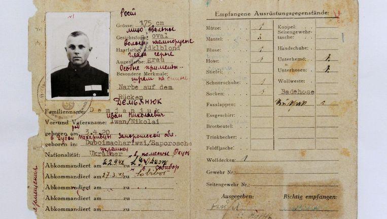 Een kopie van de dienstkaart van oorlogsmisdadiger Ivan 'John' Demjanjuks, in handen van het Duitse onderzoekscentrum voor nazimisdaden Beeld EPA