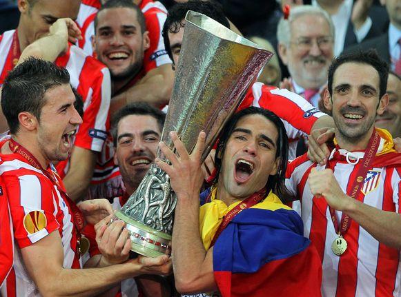 Falcao bij Atletico Madrid met de Europa League-trofee in 2012.