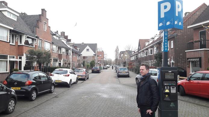Wijkraadvoorzitter Niels Tiekstra bij een van de pas geplaatste parkeermeters in Belcrum.