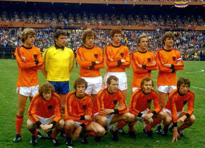 Finale WK 1978. Oranje vlnr: Johnny Rep, Jan Jongbloed, Arie Haan, Ernie Brandts, Johan Neeskens, Ruud Krol, Wim Jansen, Jan Poortvliet, Willy van de Kerkhof, Rene van de Kerkhof, Rob Rensenbrink.