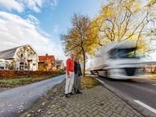 Hoevenaren zijn voorbijrazend vrachtverkeer N640 meer dan zat