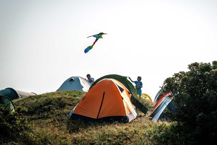 Bezoekers op de camping op Into the great wide open. Beeld anp