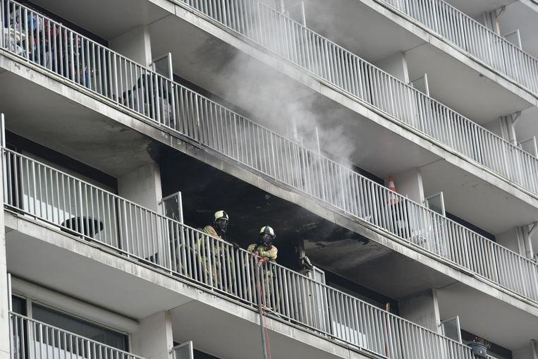 Rook stijgt omhoog uit de flat op de zesde verdieping.