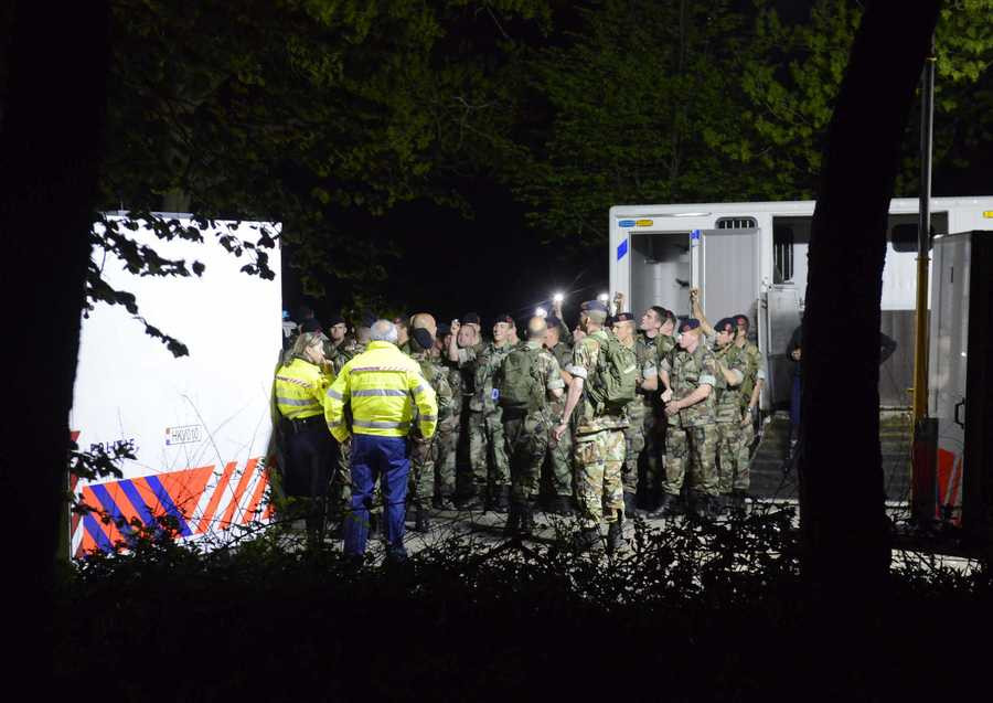 Politieagenten en militairen zoeken naar twee vermiste broertjes.