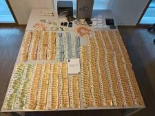 Bijna 30.000 euro cash en coke in beslag genomen bij drie huiszoekingen, man (54) opgepakt