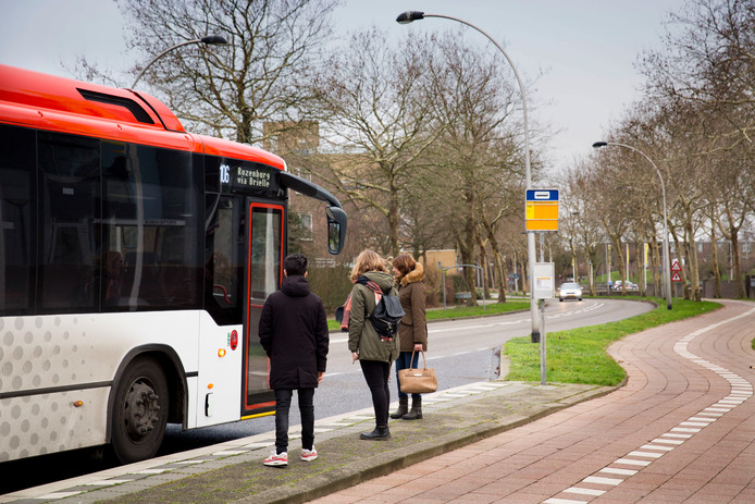 Reizigers wachten bij de bushalte in Hellevoetsluis.