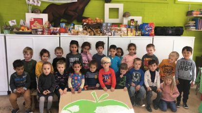 Kleuters wijkschool Keur zamelen voeding in voor Wereldvoedseldag