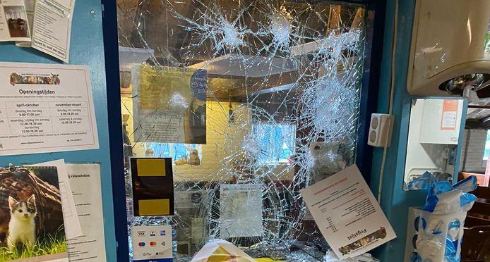 Met een zwaar voorwerp is geprobeerd om het raam naar het kantoor kapot te krijgen.