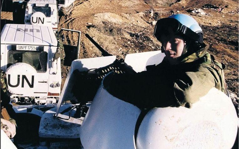 Een pantservoertuig van Dutchbat bij Lukavac in 1993. Achterhuis: 'Iedereen wist al dat het militair strategisch ondoenlijk was Srebrenica te verdedigen.' © ANP Beeld