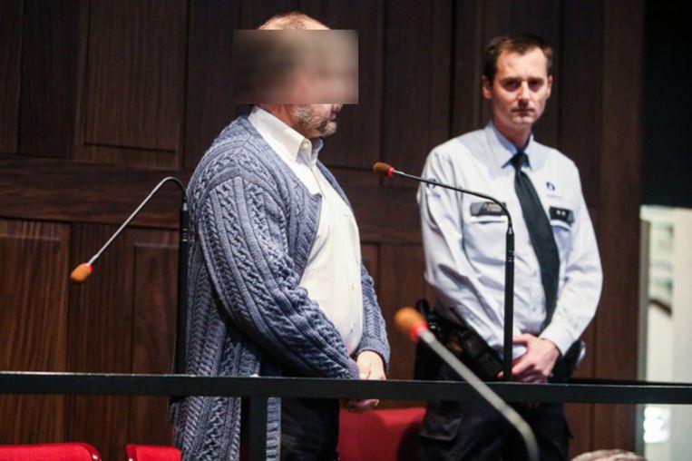 Beschuldigde Ivo Poppe wordt ondervraagd door de assisenvoorzitter in de rechtszaal.