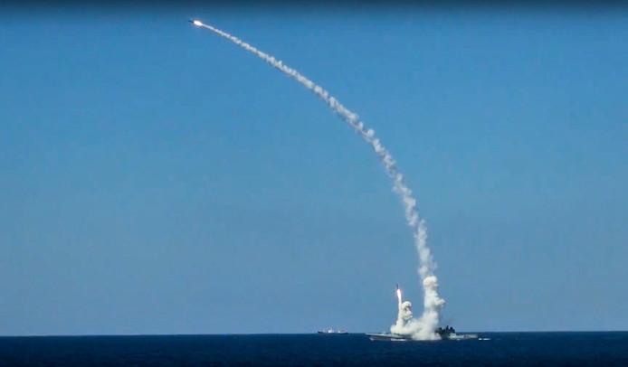 Een Russische Kalibr-raket wordt vanaf een schip op zee afgeschoten