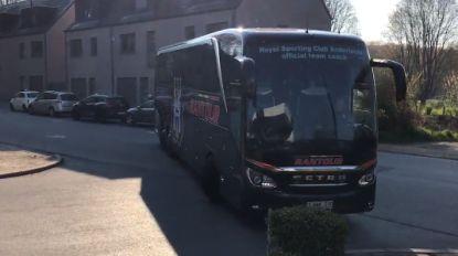 VIDEO. Spelers en staf Anderlecht arriveren op Neerpede, bus kwam niet ongehavend terug uit Luik