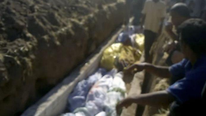 Amateurvideo die begrafenis van slachtoffers in Tremseh zou tonen.
