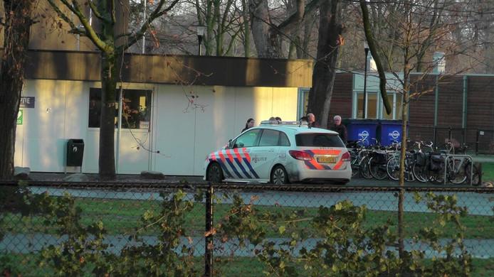 De politie is ter plaatse aan de Voorsterallee in Zutphen waar iemand lichtgewond is geraakt na een knokpartij.