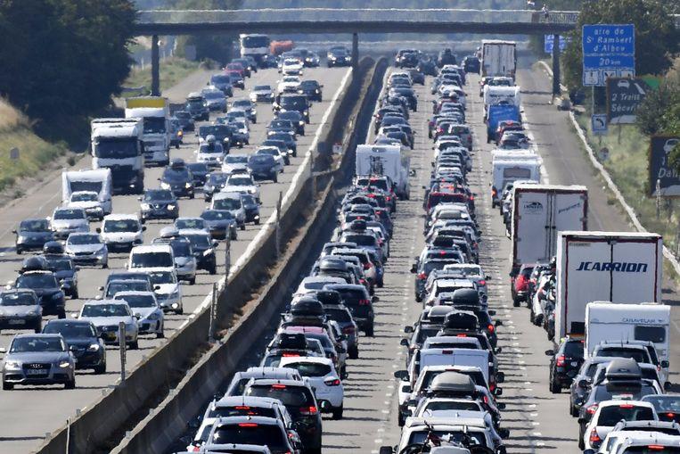 In Frankrijk worden zaterdag al vanaf de vroege ochtend lange files verwacht op onder meer de A7, zoals hier bij Vienne in het zuidoosten van het land. Beeld AFP