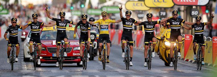 Chris Froome, geflankeerd door zijn ploeggenoten van Team Sky, rijdt als winnaar van de Tour de France over de eindstreep in de laatste etappe van 2016. Beeld epa
