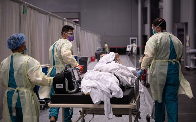 Een medisch team brengt een corona-patiënt naar een veldhospitaal in New York.
