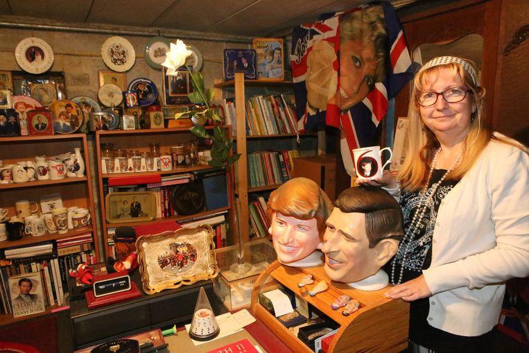 Tania Niesten tussen haar verzameling spulletjes van de Britse royals.
