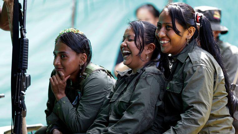 FARC-leden houden pauze in hun kamp in de Colombiaanse jungle. Beeld AP