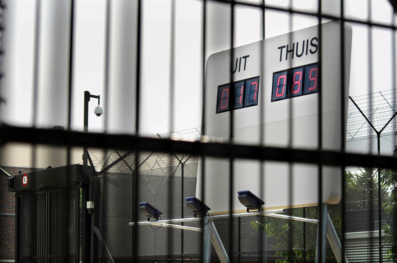 Voor de ingang van de Pompekliniek in Nijmegen werd in 2005 een groot wit scorebord op palen geplaatst. In digitale cijfers staat op het omstreden kunstwerk aangegeven hoeveel tbs-patiënten 'uit' en 'thuis' zijn.