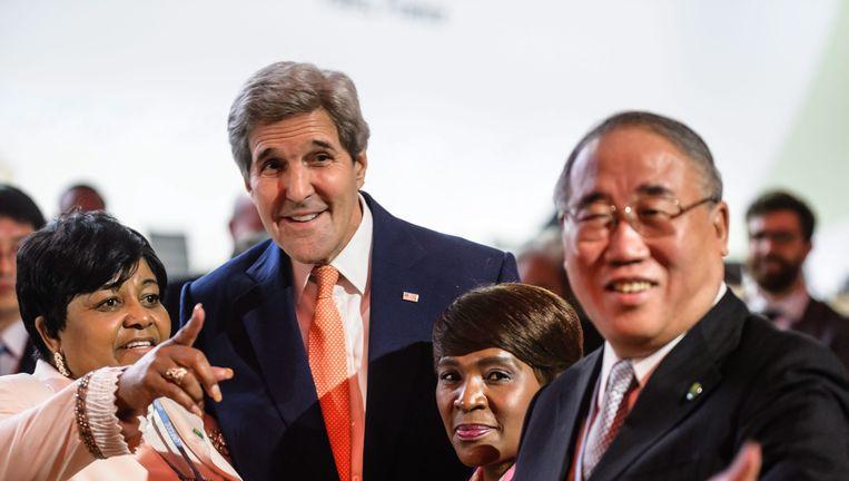 John Kerry met de Chinese onderhandelaar Xie Zhenhua voor het begin van de plenaire vergadering waar het klimaatakkoord definitief moet worden gesloten. Beeld epa