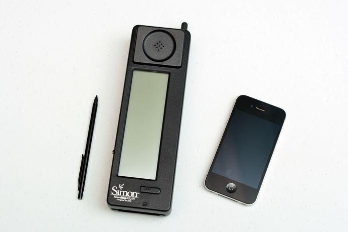 De IBM Simon naast een iPhone.