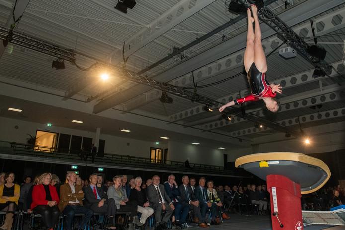 Het Kulturhus in Nieuwleusen werd op een spectaculaire wijze geopend, ook  Gymnastiekvereniging Nieuwleusen was van de partij.