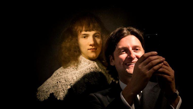 Jan Six voor het kunstwerk een portret van een jonge man in museum Hermitage Amsterdam. Beeld anp