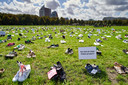 Duizenden schoenen op het Malieveld tijdens de Landelijke Actiedag Zorg. De initiatiefnemers uit de zorg willen daarmee laten zien dat ze, ondanks de beperkingen vanwege het coronavirus, toch massaal op het Malieveld staan voor de zorg.