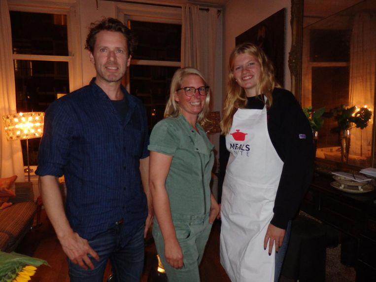 Gideon Teubl en Franka Barendrecht van Smaakvol Noord-Holland en dochter Milou Bakker. 'Leuk. Echt heel leuk. Ik ben trots op mijn vader.' Beeld Hans van der Beek