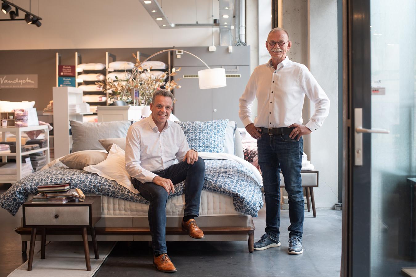 Gerben Janssen (links) en Alex Konijnenbelt hebben opgeteld samen zo'n 75 jaar aan ervaring met bedden.