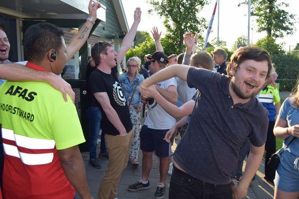 De Aalstfans verbroederen met supporters van AZ.