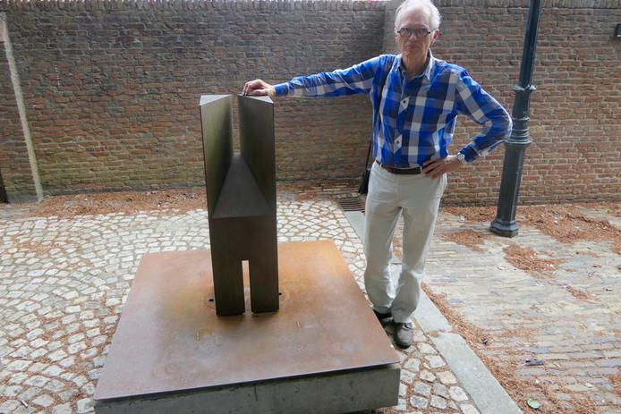 Kunstenaar Niko de Wit bij zijn beeld Embrasure