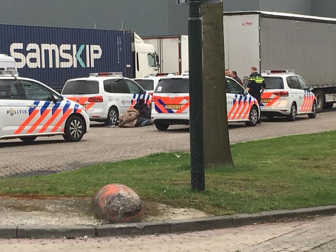 De politie rukte in Veghel met meerdere eenheden uit om de illegale vreemdelingen aan te houden.