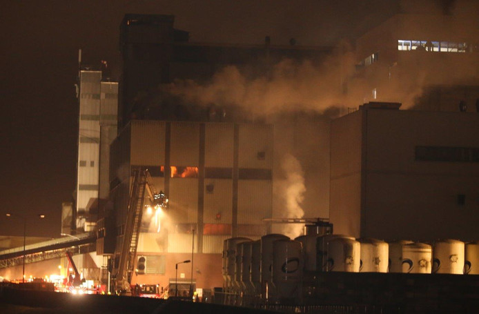 De brand bij het veevoederbedrijf in Poederoijen.
