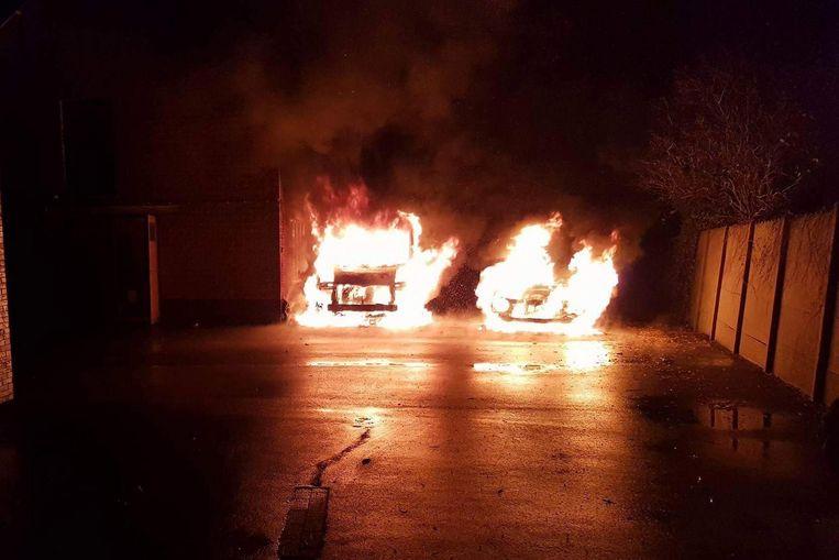 De wagens werden woensdagavond in brand gestoken.