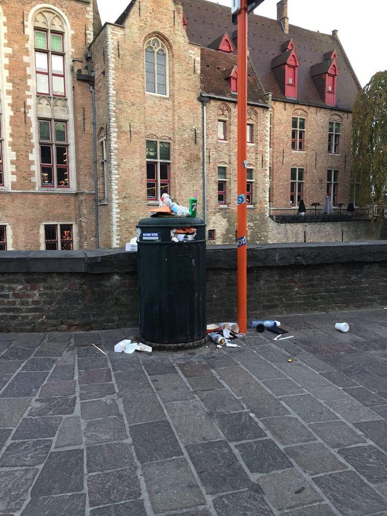 Overvolle vuilnisbakken, zoals hier nabij het stadhuis.