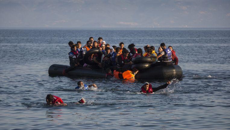 Vluchtelingen nabij Lesbos. Beeld ap