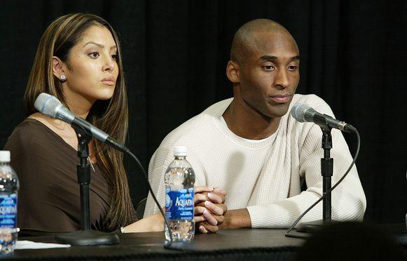 Kobe en Vanessa op de persconferentie waarop hij het overspel toegaf.