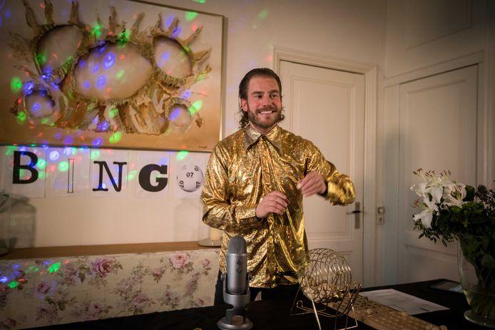 Tim Akkerman als quizmaster.