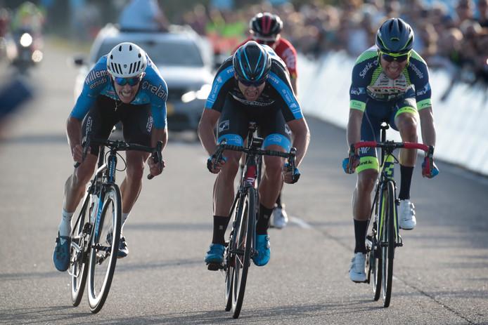 Peter Schulting (midden) klopt Dries de Bondt en Jérôme Baugnies,
